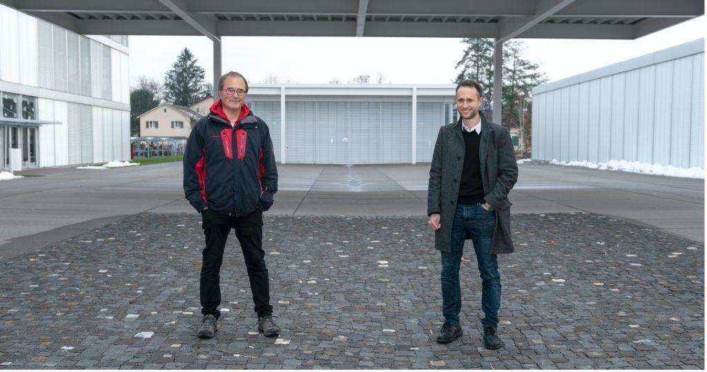 Hansjörg Brem und Dominik Halbeisen vor dem Frauenfelder Schulhaus Auen